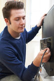 Televisieingenieur Installing New Television thuis stock fotografie
