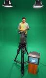 Televisiepresentator op het groene scherm royalty-vrije stock afbeelding