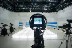 Televisiestudio met camera en lichten stock afbeelding