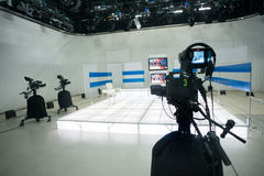 Televisiestudio met camera en lichten royalty-vrije stock afbeelding
