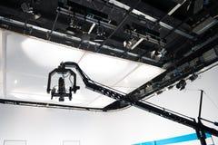 Televisiestudio met kraanbalkcamera en lichten stock afbeeldingen