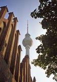 Television-torn och rött stadshus i Berlin Arkivbilder