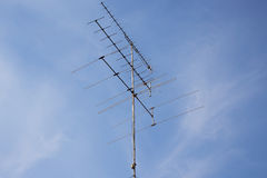 Televisionantenn med blå himmel Royaltyfri Bild