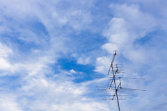 Televisionantenn med blå himmel Royaltyfri Fotografi