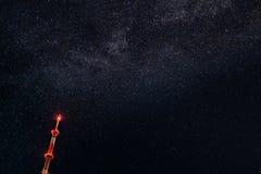 Televisionantennen på bakgrund av stjärnanatthimlen royaltyfri bild