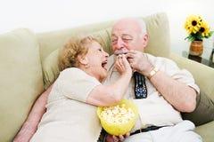 Televisione del popcorn degli anziani Fotografia Stock