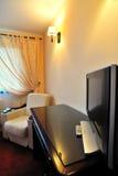 Televisione dell'affissione a cristalli liquidi sulla tabella nella camera di albergo Fotografia Stock Libera da Diritti