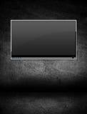 Televisione dello schermo piano in una stanza scura Fotografia Stock Libera da Diritti