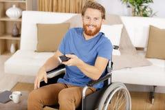 Televisione di sorveglianza dell'uomo di handicap in salone fotografia stock