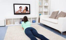 Televisione di sorveglianza della donna a casa Immagine Stock Libera da Diritti