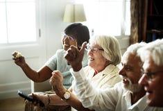 Televisione di sorveglianza della gente senior insieme Immagini Stock