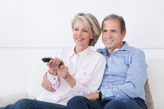 Televisione di sorveglianza delle coppie mature Immagine Stock