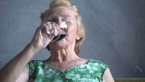 Televisione di sorveglianza e sorridere della donna anziana divertente stock footage