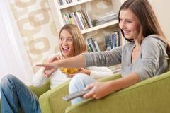 televisione due dell'adolescente degli allievi femminili che guarda Immagini Stock