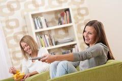 televisione due dell'adolescente degli allievi femminili che guarda Fotografia Stock