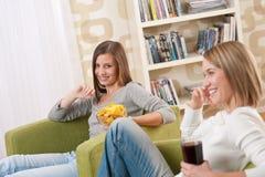 televisione due dell'adolescente degli allievi femminili che guarda Fotografia Stock Libera da Diritti