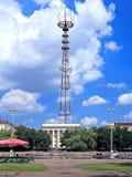 Televisione e la torre del ripetitore fotografia stock libera da diritti