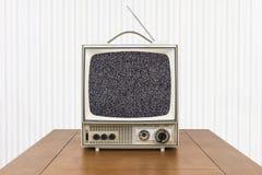 Televisione portatile d'annata sulla Tabella di legno con lo schermo statico fotografia stock libera da diritti