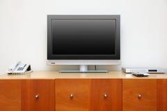 Televisionen på tabellen Arkivbild