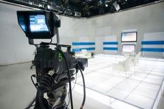 Televisionstudio med kameran och ljus arkivbild
