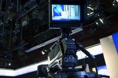 Televisionstudio med kameran och ljus - inspelningTV-program arkivfoto