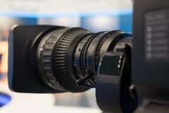 Televisionstudio med kameran och ljus - inspelningTV-program grunt djupfält royaltyfri fotografi