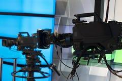 Televisionstudio med kameran och ljus - inspelningTV-program grunt djupfält arkivbild