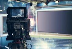 Televisionstudio med kameran och ljus - inspelningTVNYHETERNA arkivfoto