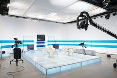 Televisionstudio med klyvarekameran och ljus arkivbilder