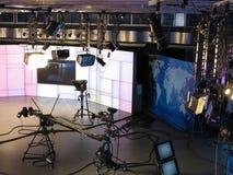 Televisionstudioutrustning, strålkastarebråckband och professionell ca Arkivbild