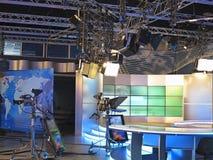 Televisionstudioutrustning, strålkastarebråckband och professionell ca Arkivbilder