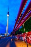 Televisiontorn av Berlin, Tyskland, på natten Arkivfoton