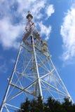 Televisiontorn mot himlen arkivbild