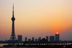 Televisiontorn och solnedgång Arkivfoto