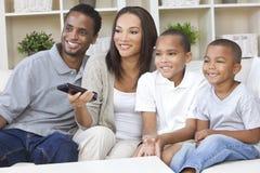 Televisão de observação da família do americano africano Foto de Stock