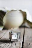 Telewizi zegarowy czekanie dla ciasta wydźwignięcia w pucharze, wypiekowa kuchnia Fotografia Royalty Free