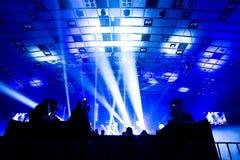 Telewizji transmisja kamerzystą podczas koncerta Kamera z operatorem jest na wysokiej platformie fotografia royalty free