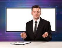 Telewizyjnego programa gospodarz z dużym kopia ekranem w jego z powrotem zdjęcia stock