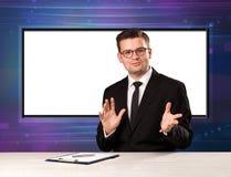 Telewizyjnego programa gospodarz z dużym kopia ekranem w jego z powrotem obraz stock