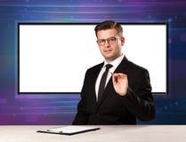 Telewizyjnego programa gospodarz z dużym kopia ekranem w jego z powrotem obrazy stock