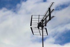 Telewizyjni antennae na chmurniejącym niebie fotografia royalty free