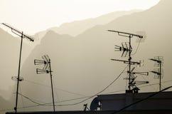 Telewizyjni antennae na dachu obrazy royalty free