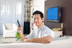 telewizyjny mężczyzna dopatrywanie fotografia royalty free
