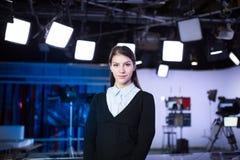 Telewizyjny podawcy nagranie w wiadomości studiu Żeńskiego dziennikarza kotwicowy przedstawia biznesowy raport, nagrywa w telewiz obraz royalty free