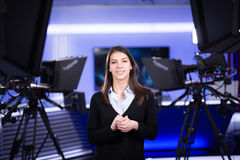 Telewizyjny podawcy nagranie w wiadomości studiu Żeńskiego dziennikarza kotwicowy przedstawia biznesowy raport, nagrywa w telewiz Fotografia Royalty Free