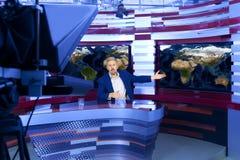 Telewizyjny prezenter telewizyjny przy studiiem Zdjęcia Stock