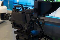 Telewizyjny studio z kamerą i światłami - nagrywać TV przedstawienie głębokość pola płytki zdjęcie royalty free