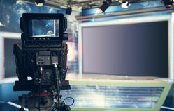 Telewizyjny studio z kamerą i światłami - nagrywać TV wiadomość zdjęcia royalty free