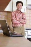 Telework - trabalhando para casa na cozinha foto de stock