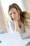 Teleworking женщины на компьтер-книжке получая расстроенный Стоковая Фотография RF